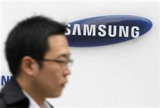 <p>Imagen de archivo de un logo de Samsung Electronics en Seúl. dic 8 2010. Samsung Electronics, el primer fabricante mundial de chips de memoria y pantallas planas, anunciaría su utilidad más baja en seis trimestres para el período entre octubre y diciembre, afectado por la merma en los precios de sus chips, aunque espera una recuperación de las ganancias en el 2011. REUTERS/Truth Leem/Archivo</p>