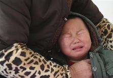 <p>A child who was diagnosed with having excessive lead in his blood cries as he receives medical treatment at a hospital in Hefei, Anhui province January 6, 2011. REUTERS/Stringer</p>