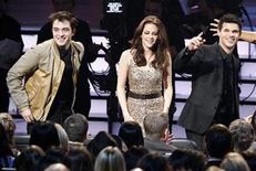 """<p>Los actores Robert Pattinson (izq.), Kristen Stewart (centro) y Taylor Lautner, de la saga de películas """"Twilight"""", posan en el escenario durante la entrega de los premios People's Choice en Los Angeles. Ene 5, 2011. REUTERS/Mario Anzuoni</p>"""