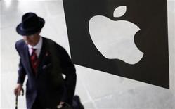<p>Imagen de archivo de una tienda Apple en Londres. ago 7 2010. Apple está poniendo en marcha una tienda de aplicaciones para computadoras Mac, copiando un modelo que ha demostrado ser muy popular para sus teléfonos iPhone. REUTERS/Suzanne Plunkett/Archivo</p>