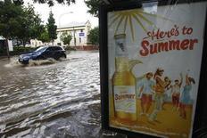 <p>Машина едет по затопленной улице Брисбена 12 января 2011 года. Наводнение достигло в среду третьего по величине города Австралии, Брисбена, вызвав массовую эвакуацию и посеяв панику среди местного населения. REUTERS/Mick Tsikas</p>