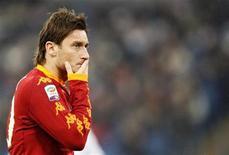 <p>Capitão da Roma, Francesco Totti, durante jogo conttra o Bari, em dezembro. Totti indicou nesta terça-feira pela primeira vez que pode deixar a equipe por uma desavença com o técnico Claudio Ranieri. 12/12/2010 REUTERS/Giampiero Sposito/Arquivo</p>