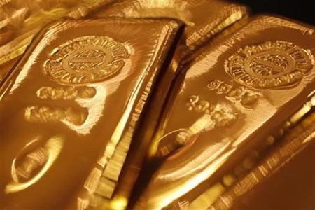 Gold bars are pictured at the Ginza Tanaka store during a photo opportunity in Tokyo September 17, 2010. REUTERS/Yuriko Nakao