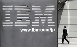 <p>Foto de archivo de la sede matriz de la firma IBM en Tokio, mar 18 2010. IBM y Samsung Electronics Co desarrollarán en conjunto una nueva tecnología de semiconductores para teléfonos inteligentes y otros aparatos, anunciaron las empresas el miércoles. REUTERS/Toru Hanai</p>