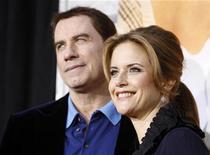 """<p>Kelly Preston e seu marido John Travolta na estreia de """"A Última Música"""" em Hollywood. O casal exibem com orgulho seu novo bebê na capa da revista People nesta semana, um ano depois de perderem tragicamente seu filho mais velho, aos 16 anos. 25/03/2010 REUTERS/Mario Anzuoni</p>"""