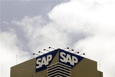 <p>SAP a vu ses ventes de logiciels bondir de près d'un tiers de ses au quatrième trimestre, ce qui a permis au groupe allemand d'améliorer ses marges. /Photo d'archives/REUTERS/Punit Paranjpe</p>