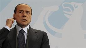 <p>Премьер-министр Италии Сильвио Берлускони на пресс-конференции в Берлине 12 января 2011 года. Итальянская полиция проводит расследование в отношении премьер-министра Сильвио Берлускони, одним из фигурантов которого является танцовщица ночного клуба в возрасте до 20 лет, приглашавшаяся на вечеринки в его частной резиденции, сообщил Рейтер в пятницу источник. REUTERS/Fabrizio Bensch</p>