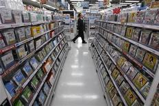 <p>Les ventes de logiciels et de matériel de jeux vidéo ont décliné en 2010 mais le secteur devrait se redresser cette année avec l'engouement pour les jeux en ligne et pour des appareils portables, selon le cabinet d'études NPD. /Photo d'archives/REUTERS/Toru Hanai</p>