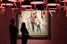 <p>Unos visitantes observan pinturas norcoreanas en la galería Winzavod en Moscú, ene 14 2011. De mejillas regordetas, trabajadores y alegres pero también listos para la acción militar es como Corea del Norte presenta a sus habitantes en una gran exposición de arte oficial del reservado país en Moscú. REUTERS/Sergei Karpukhin</p>