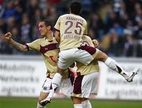 <p>Jogadores do Hanover comemoram segundo gol contra o Frankfurt durante jogo do Campeonato Alemão. 16/01/2011 REUTERS/Kai Pfaffenbach</p>