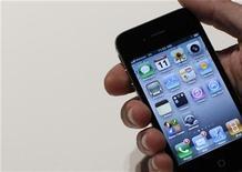<p>Imagen de archivo de un teléfono inteligente de Apple en un lanzamiento en Nueva York. ene 11 2011. Los exitosos modelos de teléfonos inteligentes iPhone 4 de Apple y Galaxy S de Samsung habrían ayudado a sus fabricantes a sacar ventaja a los rivales en la temporada de ventas por fiestas de fin de año el 2010, según previsiones de analistas. REUTERS/Brendan McDermid/Archivo</p>