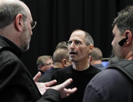 Apple CEO Steve Jobs (C) is seen after the Apple's music-themed September media event in San Francisco, California September 1, 2010. REUTERS/Robert Galbraith