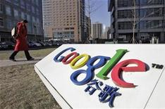 <p>Imagen de archivo del logo de Google en la sede de la compañía en Pekín. ene 12 2011. Las fuertes ventas durante la temporada de Navidad podrían ayudar a Google a superar de nuevo las estimaciones de Wall Street, pero los inversores podría necesitar algo más contundente para apoyar a largo plazo al gigante de internet. REUTERS/Christina Hu/Archivo</p>