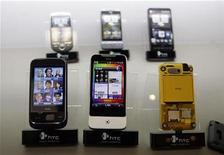 <p>Imagen de archivo de una serie de teléfonos inteligentes de la empresa taiwanesa HTC Corp en una tienda de Taipéi, abr 28 2010. La empresa taiwanesa HTC Corp, el cuarto fabricante mundial de teléfonos inteligentes, espera que sus ingresos y envíos aumenten a más del doble en el primer trimestre del 2011, gracias a una nueva generación de productos. REUTERS/Pichi Chuang</p>