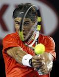 <p>O espanhol Rafael Nadal joga contra o australiano Bernard Tomic no Aberto da Austrália, em Melbourne, 22 de janeiro de 2011. REUTERS/Daniel Munoz</p>