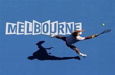<p>o suíço Roger Federer devolve a bola ao espanhol Tommy Robredo no Aberto da Austrália, em Melbourne, 23 de janeiro de 2011. REUTERS/David Gray</p>