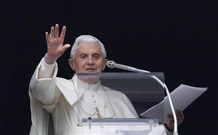 Pope Benedict XVI waves to a crowd gathered in Saint Peter's square during his Sunday Angelus blessing at the Vatican January 23, 2011. REUTERS/Tony Gentile