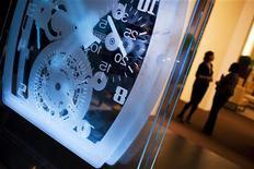 <p>Les fabricants de montres se tournent de plus en plus vers les médias sociaux tels que Facebook ou Twitter pour promouvoir leurs marques et mieux cerner les attentes de leurs clients, y compris en Chine. /Photo d'archives/REUTERS/Valentin Flauraud</p>