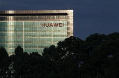 <p>Huawei Technologies a saisi la justice américaine pour obliger Motorola à modifier les conditions de vente d'une filiale à Nokia Siemens Networks (NSN) afin d'empêcher un transfert d'informations. /Photo d'archives/REUTERS/Bobby Yip</p>