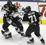 """<p>Игроки """"Питсбурга"""" празднуют гол в ворота """"Торонто"""" в Торонто 10 февраля 2007 года. """"Питсбург"""" одержал минимальную победу над """"Нью-Йорк Айлендерс"""" в матче регулярного чемпионата Национальной хоккейной лиги (НХЛ) в отсутствие своих лидеров Сидни Кросби и Евгения Малкина. REUTERS/Mark Blinch</p>"""