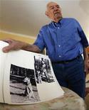 <p>Розус Миш показывает свой фотоальбом во время интервью Рейтер в Берлине 8 августа 2007 года. Спустя более 65 лет после окончания Второй мировой войны последний оставшийся в живых телохранитель Адольфа Гитлера заявил, что он больше не в состоянии отвечать на письма поклонников из-за своего преклонного возраста. REUTERS/Tobias Schwarz</p>