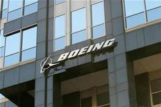 <p>Foto de archivo del edificio corporativo de Boeing en Chicago, EEUU, abr 26 2006. Boeing Co ofreció un panorama de ganancias peor al esperado para el 2011, porque costos más elevados de pensiones se sumarán al impacto de posibles bajas del gasto en defensa y los retrasos del 787 Dreamliner, lo que provocaba una caída de un 3,6 por ciento de las acciones. REUTERS/STR New</p>