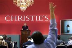 <p>Leilão de vinhos na Christie's em Genebra, em novembro de 2010. A maior casa de leilões do mundo teve recorde anual de vendas de 3,3 bilhões de libras (5 bilhões de dólares) em 2010, salto de 53 por cento em relação a 2009. 16/01/2010 REUTERS/Valentin Flauraud/Arquivo</p>