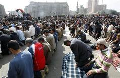 <p>محتجون يصلون في ميدان التحرير بالقاهرة يوم الاثنين - رويترز</p>
