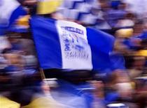 """<p>Болельщики """"Челси"""" держат флаг с логотипом команды, 21 мая 2000 года. Трансферный рекорд чемпионата Англии по футболу был дважды побит в понедельник, когда """"Ливерпуль"""" продал в """"Челси"""" форварда Фернандо Торреса и приобрел замену испанцу в лице Энди Кэрролла из """"Ньюкасла"""". REUTERS/Jonathan Evans</p>"""