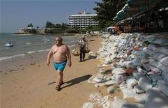 <p>A tourist walks along the beach of Pattaya, east of Bangkok January 26, 2011. REUTERS/Chaiwat Subprasom</p>