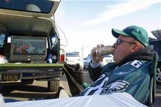 <p>A tailgater drinks a beer in Philadelphia, November 7, 2010. REUTERS/Tim Shaffer</p>
