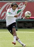 <p>O mexicano Giovani Dos Santos em treino na Cidade do México. 04/07/2010 REUTERS/Henry Romero</p>