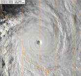 <p>Фотография циклона Яси, полученная со спутника, 2 февраля 2011 года. Австралия готовится к сильнейшему в своей истории урагану, призывая людей выбираться из переполненных укрытий и эвакуироваться из опасных регионов. REUTERS/U.S. Naval Research Laboratory/Marine Meteorological Division/Handout</p>