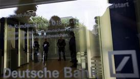 """<p>Сотрудники полиции стоят в отделении Deutsche Bank AG во Франкфурте-на-Майне, 18 июня 2009 года. Следственный комитет РФ провел в среду обыск в московском представительстве Deutsche Bank AG в рамках дела о хищении у одной из структур столичного правительства $87,5 миллиона при реконструкции гостиницы """"Москва"""", говорится в сообщении комитета. REUTERS/Kai Pfaffenbach</p>"""