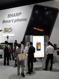 <p>Sharp fait état d'un bénéfice d'exploitation pratiquement triplé sur les neuf premiers mois de son exercice 2010-2011, grâce à un bond des ventes de téléviseurs et maintient son objectif de résultat annuel. /Photo prise l e 5 octobre 2010/REUTERS/Kim Kyung-Hoon</p>