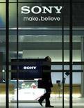 <p>Sony a fait état d'une baisse de 5,9% de son bénéfice d'exploitation au cours de son troisième trimestre fiscal, d'octobre à décembre, pénalisé par la guerre des prix qui sévit sur le front de la vente de téléviseurs et par le yen fort. /Photo prise le 25 novembre 2010/REUTERS/Toru Hanai</p>