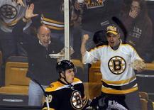 """<p>Правый форвард """"Бостона"""" Джордан Кэрон (в центре) и болельщики празднуют заброшенную шайбу в ворота """"Вашингтона"""", Бостон, 21 октября 2010 года. """"Бостон"""" оказался сильнее """"Далласа"""" в матче регулярного чемпионата Национальной хоккейной лиги в ночь на пятницу, что позволило команде упрочить лидерство в Северо-восточном дивизионе. REUTERS/Brian Snyder</p>"""
