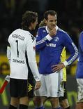 <p>O goleiro do Borussia Dortmund Roman Weidenfeller conversa com o jogador do Schalke 04 Christoph Metzelder (D) após empate de 0 x 0 entre os times. REUTERS/Ina Fassbender</p>