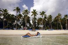 <p>A tourist enjoys the sun at a resort in Bavaro, Dominican Republic, October 2, 2007. REUTERS/Eduardo Munoz</p>
