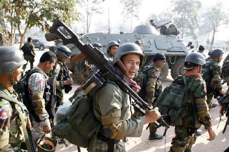 Cambodian soldiers carry their weapons near Preah Vihear temple along the border with Thailand February 6, 2011. REUTERS/Khem Sovannara