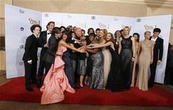 """<p>Foto de archivo del elenco de la comedia musical """"Glee"""" tras recibir su premio a la Mejor Serie de Comedia durante los Globos de Oro en Beverly Hills, ene 16 2011. La comedia musical """"Glee"""" más que duplicó el domingo su audiencia de televisión y atrajo más de 26,8 millones de espectadores para la transmisión de un capítulo especial tras el Super Bowl, mostraron el lunes cifras de audiencias. REUTERS/Lucy Nicholson</p>"""