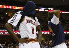 """<p>Баскетболисты """"Кливленда"""" после игры с """"Портлендом"""", 5 февраля 2011 года. """"Кливленд"""" уступил в ночь на вторник """"Далласу"""" со счетом 96-99, установив тем самым новый рекорд Национальной баскетбольной ассоциации по числу поражений подряд. REUTERS/Aaron Josefczyk</p>"""