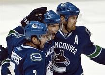 """<p>Хоккеисты """"Ванкувера"""" во время игры против """"Чикаго"""", 4 февраля 2011 года. """"Ванкувер"""" сохранил первую строчку в таблице Западной конференции после победы над """"Оттавой"""" со счетом 4-2. REUTERS/Andy Clark</p>"""