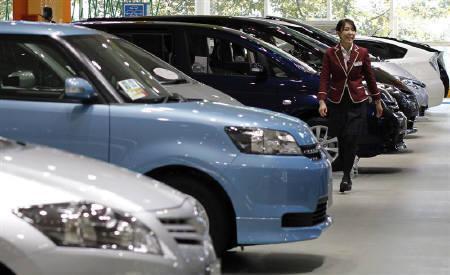An employee walks at Toyota Motor Corp's showroom in Tokyo November 5, 2010. REUTERS/Toru Hanai/Files
