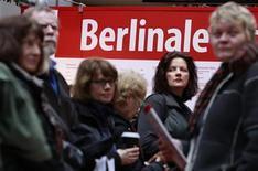 <p>Un grupo de personas realiza una fila para obtener boletos para el Festival de Cine de Berlín, feb 7 2011. La crisis financiera, la vida en una dictadura, el accidente nuclear de Chernobyl y la inmigración en Alemania forman parte de la mezcla de entretenimiento y temas arduos que promete el Festival de Cine de Berlín en el 2011. REUTERS/Thomas Peter</p>