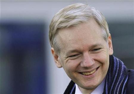 WikiLeaks-Gründer Julian Assange am 8. februar 2011 bei seiner Ankunft vor einem Londoner Gericht, wo eine Anhörung über seine Auslieferung nach Schweden stattfindet. REUTERS/Toby Melville