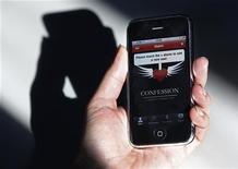 <p>Mulher segura iPhone com aplicativo para ajudar católicos na confissão, em Roma. Os católicos não podem fazer suas confissões por meio do iPhone e a tecnologia não substitui a presença física quando se admite os pecados a um padre, disse um porta-voz do Vaticano nesta quarta-feira. 09/02/2011 REUTERS/Tony Gentile</p>
