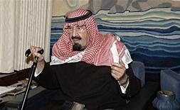 <p>Король Саудовской Аравии Абдалла ибн Абдель Азиз ас-Сауд в своем личном самолете 22 января 2011 года. Король Саудовской Аравии 86-летний Абдалла ибн Абдель Азиз ас-Сауд жив, сообщил Рейтер в четверг советник одного из представителей правящей семьи, опровергая спекуляции о проблемах со здоровьем монарха. REUTERS/Saudi Press Agency/Handout</p>
