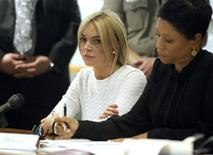 <p>Atriz Lohan nega acusação de furto com sua advogada Holley no tribunal, em Los Angeles. 09/02/2011 REUTERS/Mario Anzuoni</p>