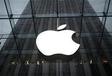 <p>Foto de archivo del logo de la firma Apple sobre su tienda insigne en Nueva York, ene 18 2011. Apple está trabajando en una versión más pequeña y barata del iPhone, informó Bloomberg el jueves. REUTERS/Mike Segar</p>